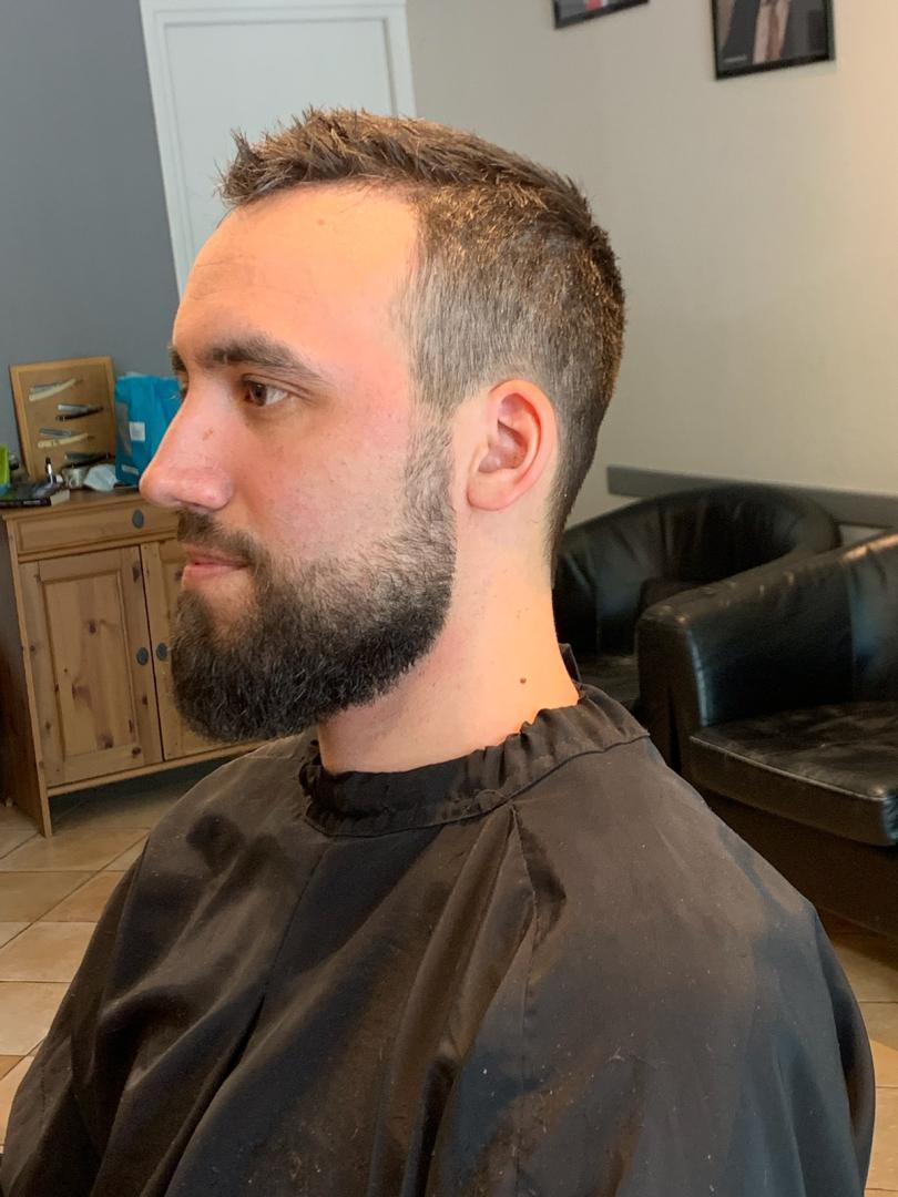 Coupe de cheveux et taille de barbe